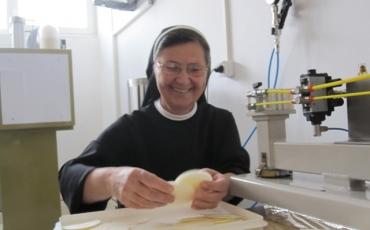 Sestre u Gornjoj Tramošnici pripremaju hostije za euharistijsko slavlje s papom Franjom