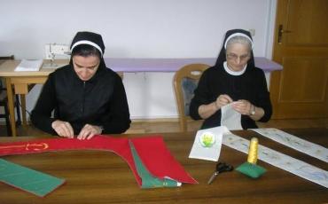 Sestre pripremaju štole za euharistijsko slavlje s papom Franjom